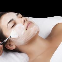 čišćenje lica kozmetički tretman lijepa djevojka
