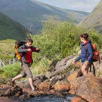 Izlet planine planinarenje potok voda kamen ozljede skok dvoje ljubav par mladi putovanje shutterstock 154827548