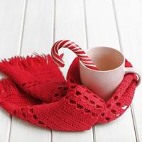 Blagdani božić opuštanje grijanje toplina šal čaj šalica lizalica shutterstock 353875439