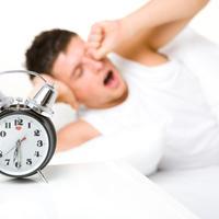muskarac-san-spavanje-nesanica-budenje