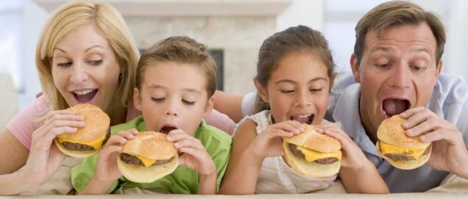 obitelj jede hamburgere
