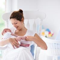 Dojenje majka dijete beba shutterstock 331898366