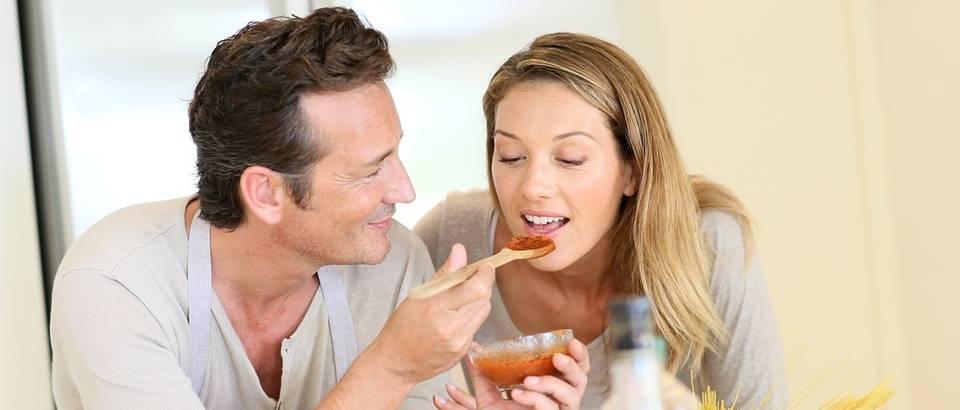 kuhinja, kuhanje, brak, par u kuhinji, tjestenina, shutterstock