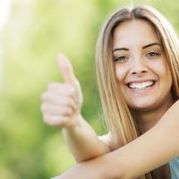Sreća žena cura bijeli zubi plava kosa shutterstock 115873774