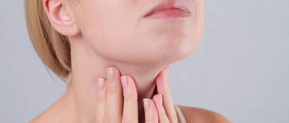 štitnjača vrat grlo dušnik žena koža brada podbradak masaža ruke prsti nokti shutterstock 362462048