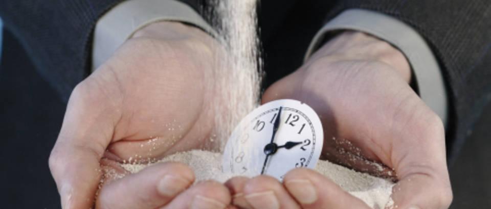 ruke-vrijeme-sat-pijesak
