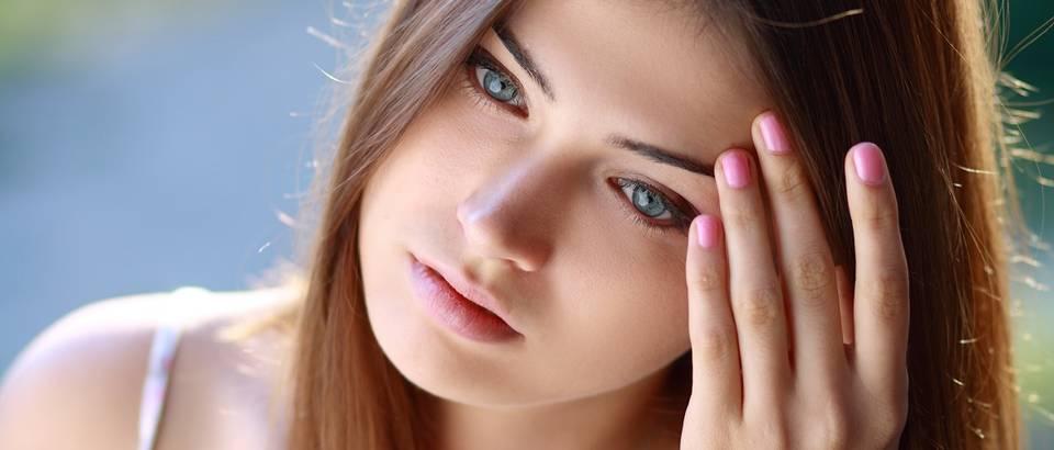usamljena djevojka, sama, tuzna zena, shutterstock