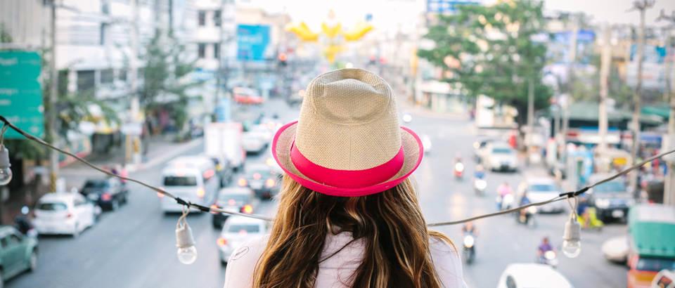 Putovanje grad žena djevojka šešir godišnji odmor uživanje shutterstock 273255206