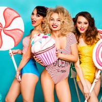 Lijepe žene sa slatkišima