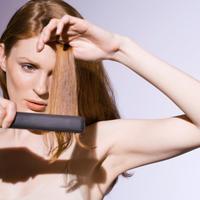 zena-lijepa-frizura-njega-kosa-pegla-crvena1