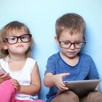 djeca s naočalama