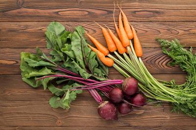 Šteta je odbaciti lišće mrkve i cikle - prepuno je vitamina i minerala