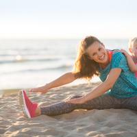 Fit mama vježbanje dijete beba plaža shutterstock 268731464