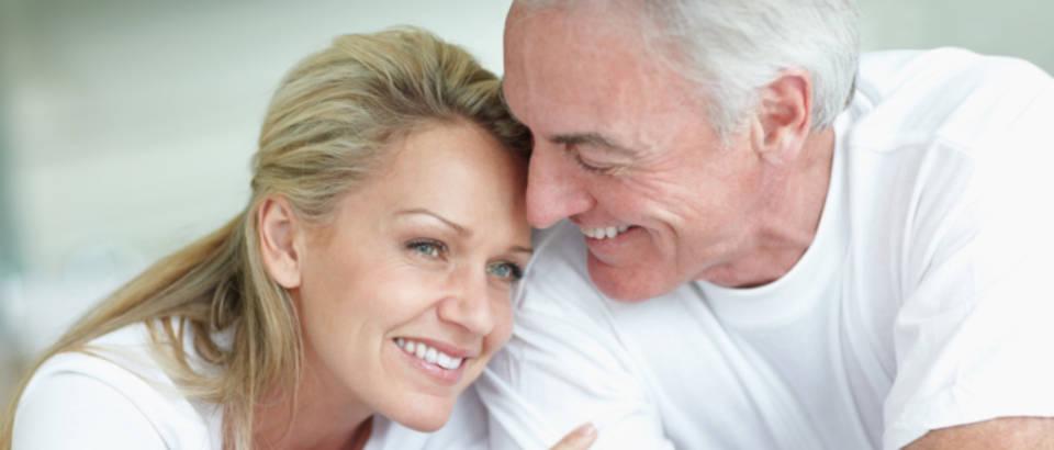 par-stariji-veza-sreca-brak-ljubav