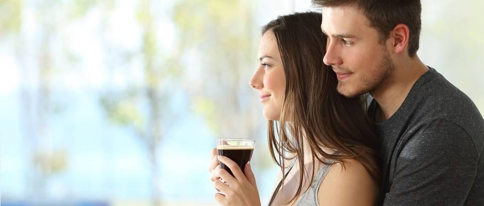 Ljubav dvoje mladi zajedno kava sreća shutterstock 413640817