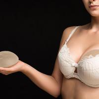 žena implantat