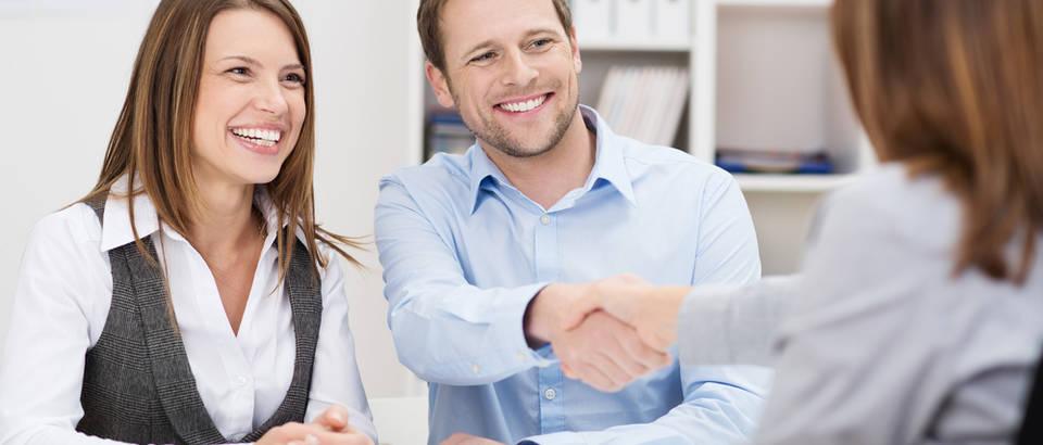 Posao razgovor ruke rukovanje sastanak smijeh upoznavanje mladi shutterstock 181395665