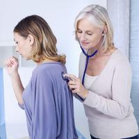 Žena, liječnica, doktorica, pregled pluća, stetoskop, kašalj, kašljanje, Shutterstock 187808723