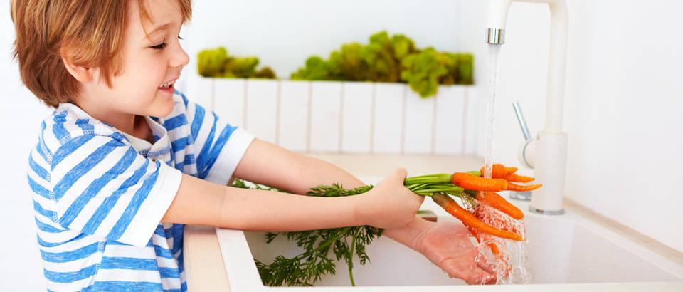 dijete pere mrkve, Shutterstock 651655306