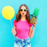 žena s ananasom