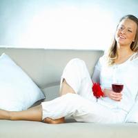zena pije vino