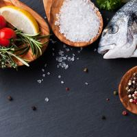 Riba začini rajčica sol papar