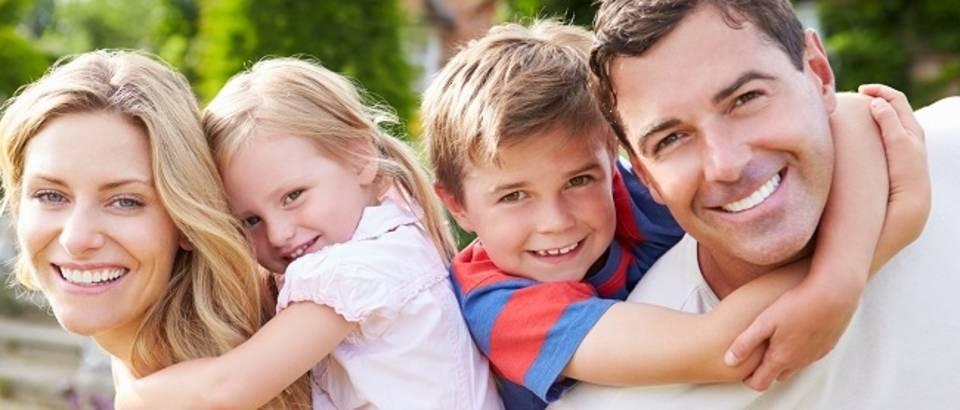 Mlada obitelj nasmijana roditelji djeca