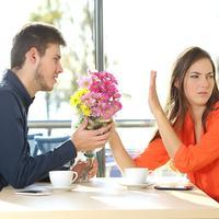 Par svađa žena muškarac cvijeće buket