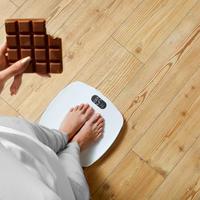 Debljanje vaga žena čokolada shutterstock 345851138