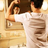 muskarac u ogledalu