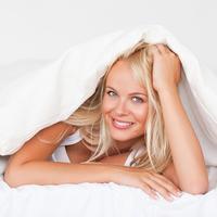 zena u krevetu, spavanje, shutterstock