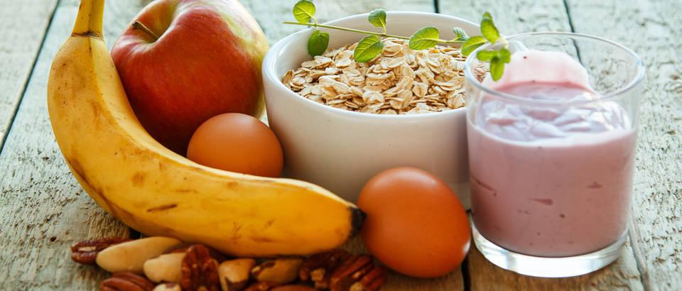 Zobene pahuljice banana orašasti plodovi jabuka jogurt doručak shutterstock 245119630