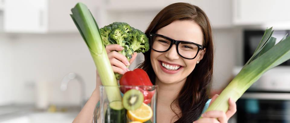 Poriluk povrce zena smijeh zubi naocale vid shutterstock 274546700