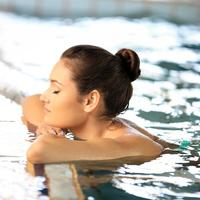žena opuštanje bazen