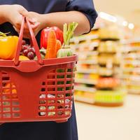Shopping košara žena namirnice shutterstock 254457832