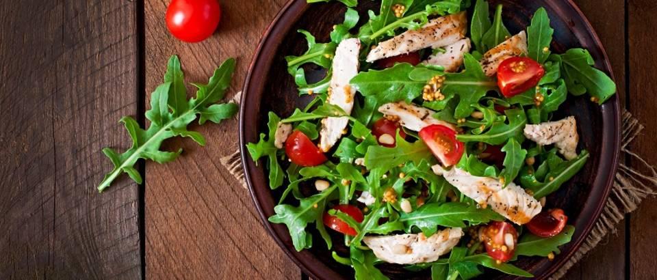 Salata piletina rikola rajcica sareno