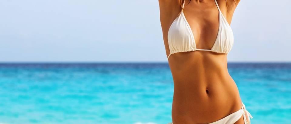 Lijepa žena kupaći kostim badić plaža ljeto preplanulost
