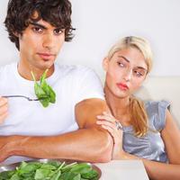 Povrce, zdrava hrana, muskarac jede, spinat