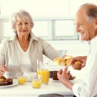 dorucak, stariji par, sok od narance