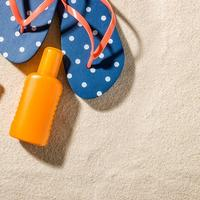 Shutterstock 429243745 ljeto plaža japanke krema naočale