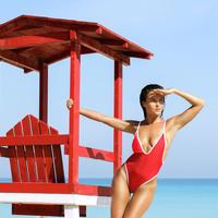 žena u crvenom na plaži
