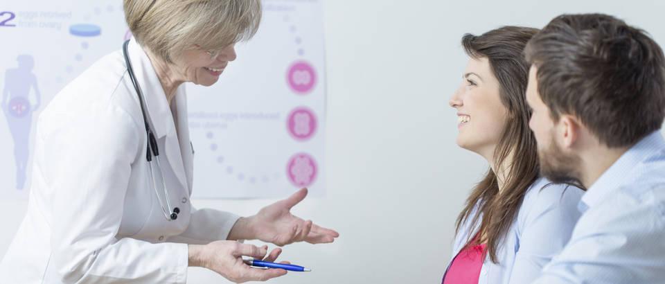 Doktorica ginekolog par shutterstock 281151827