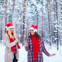 Sreća djevojke nova godina prskalice shutterstock 355827920