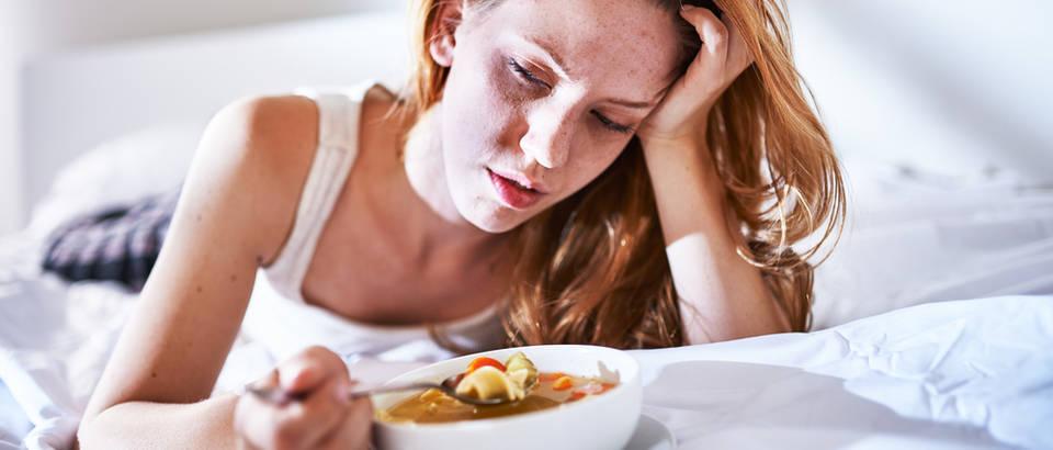 Juha, hrana, žena jede, bol, mučnina, Shutterstock 227709319