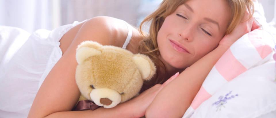 san, spavanje, zena spava, plisana igracka