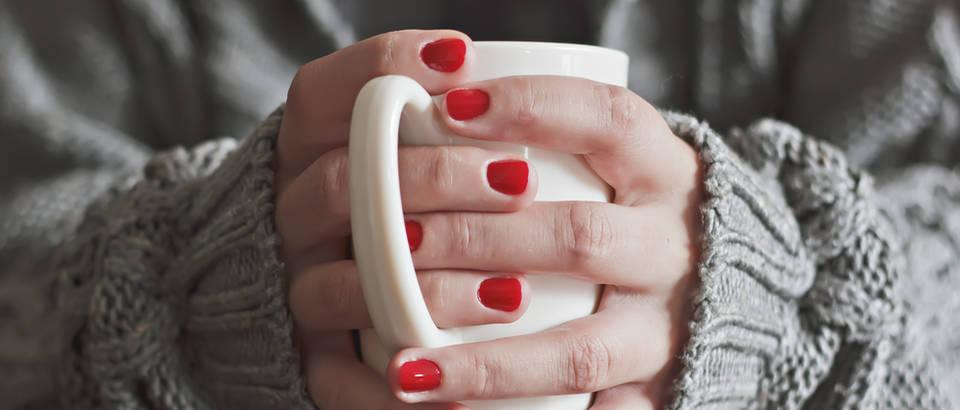 Ruke čaj hladne ruke grijanje crveni lak shutterstock 220414678
