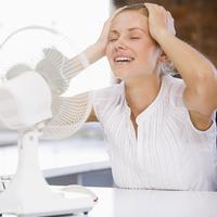 Shutterstock 15210694, zena, ventilator, ured, olaksanje, vrucina, hladno