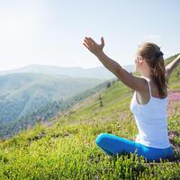 Disanje joga vjezbanje priroda planina sunce zrak zena ruke ljeto visina shutterstock 206828554