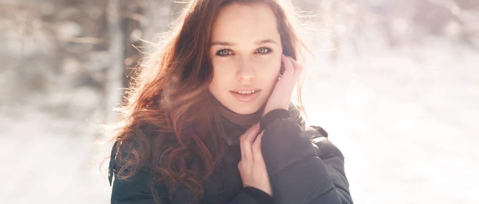 Zima hladnoća djevojka brineta shutterstock 94980172