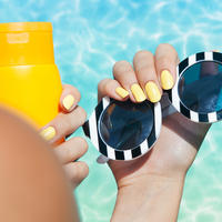 Sunce bazen lak za nokte žuti lak za nokte sunčane naočale krema za sunčanje shutterstock 212829010